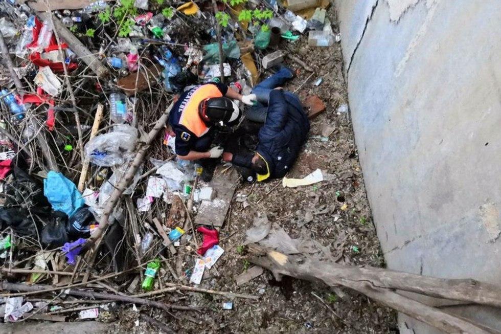В Пугачеве мужчина пил на краю глубокой ямы и упал на дно
