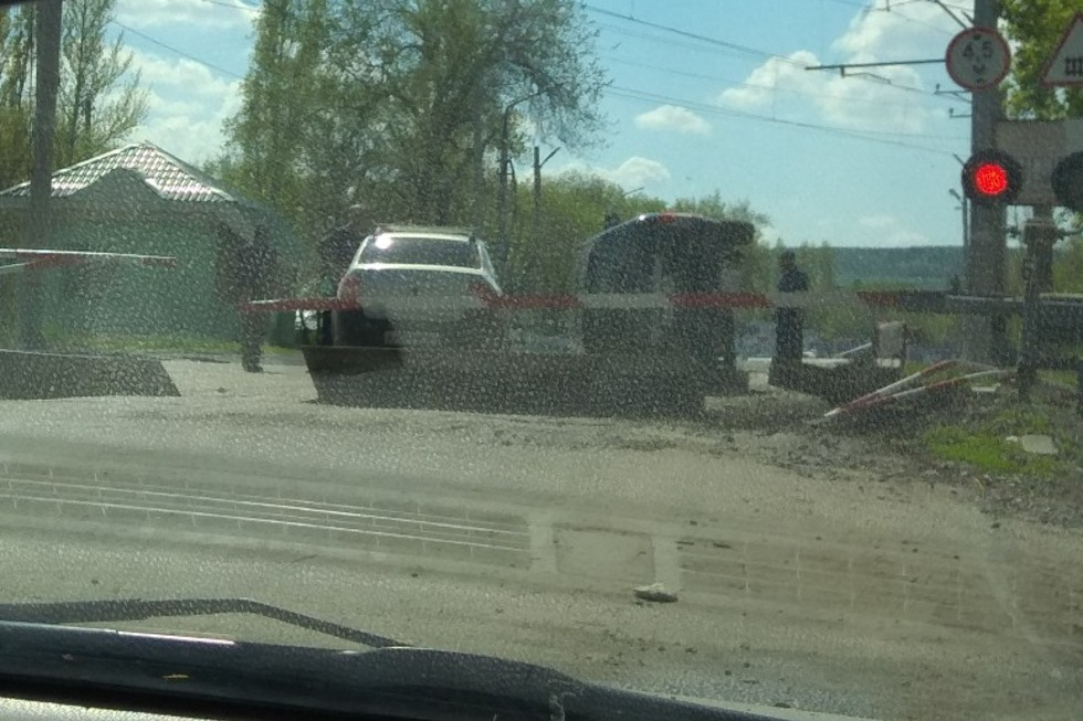 В Заводском районе на железнодорожном переезде опрокинулся на бок автомобиль