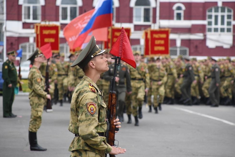 Сотни военных учились ходить строем по Театральной площади. Командующий парадом остался недоволен подготовкой