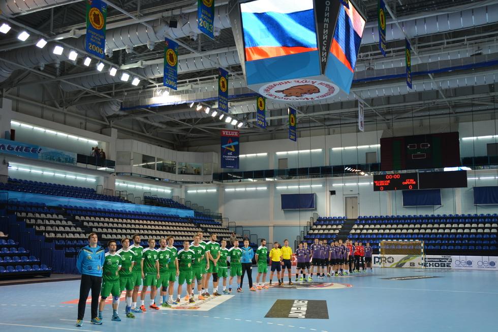 Саратовские гандболисты проиграли чемпионам России, но не лишились шанса на еврокубок