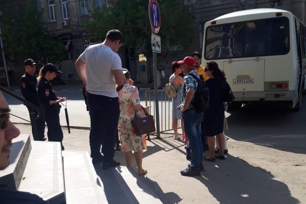 Праздник со слезами на глазах: саратовцы жалуются, что полицейские не пускают их домой