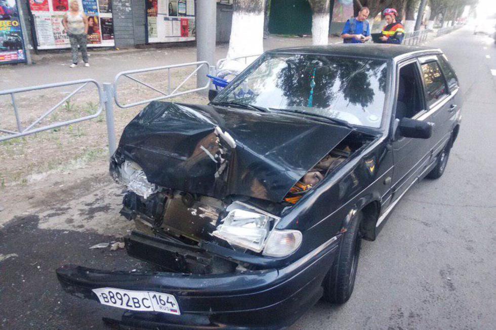 В центре Саратова столкнулись «четырнадцатая» и «Лада Ларгус». Один человек пострадал