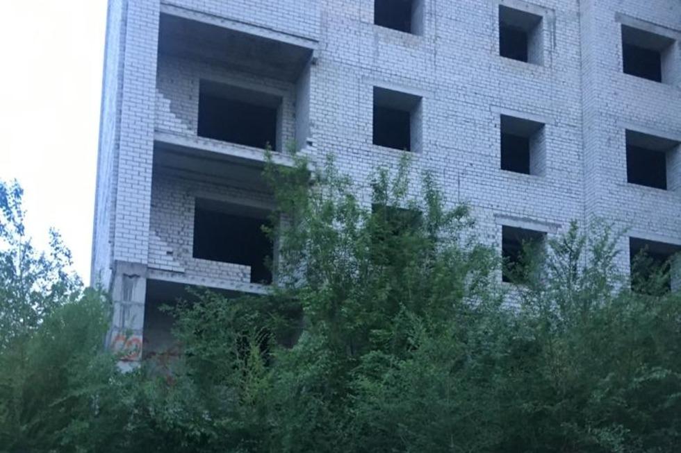 В Саратове подростки разгуливают по крыше долгостроя, с которого упала девушка, и кидаются кирпичами