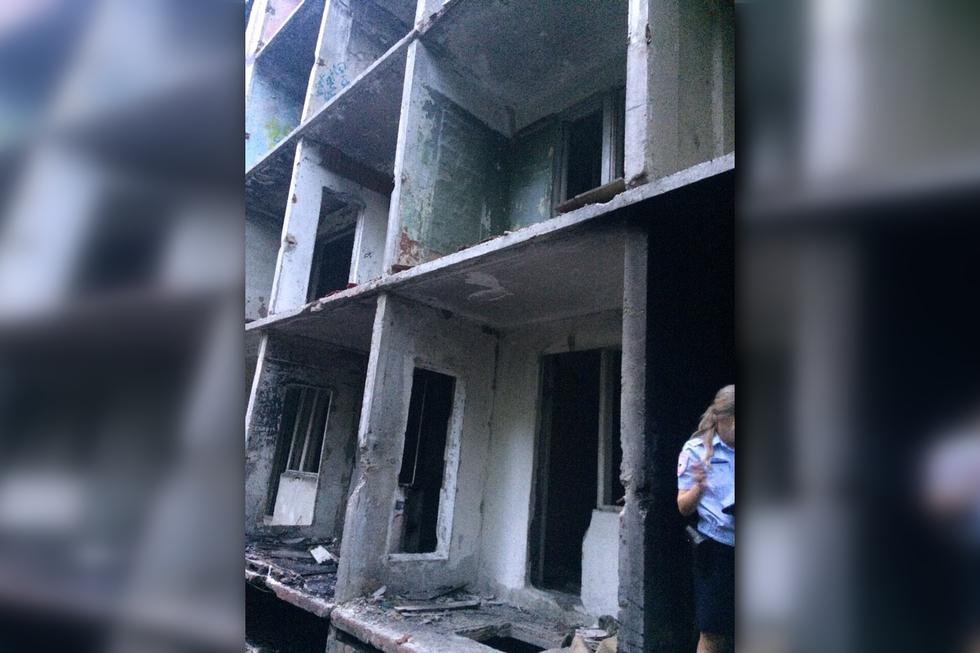 В Саратове подросток, разгуливавший по заброшенной многоэтажке, упал с высоты