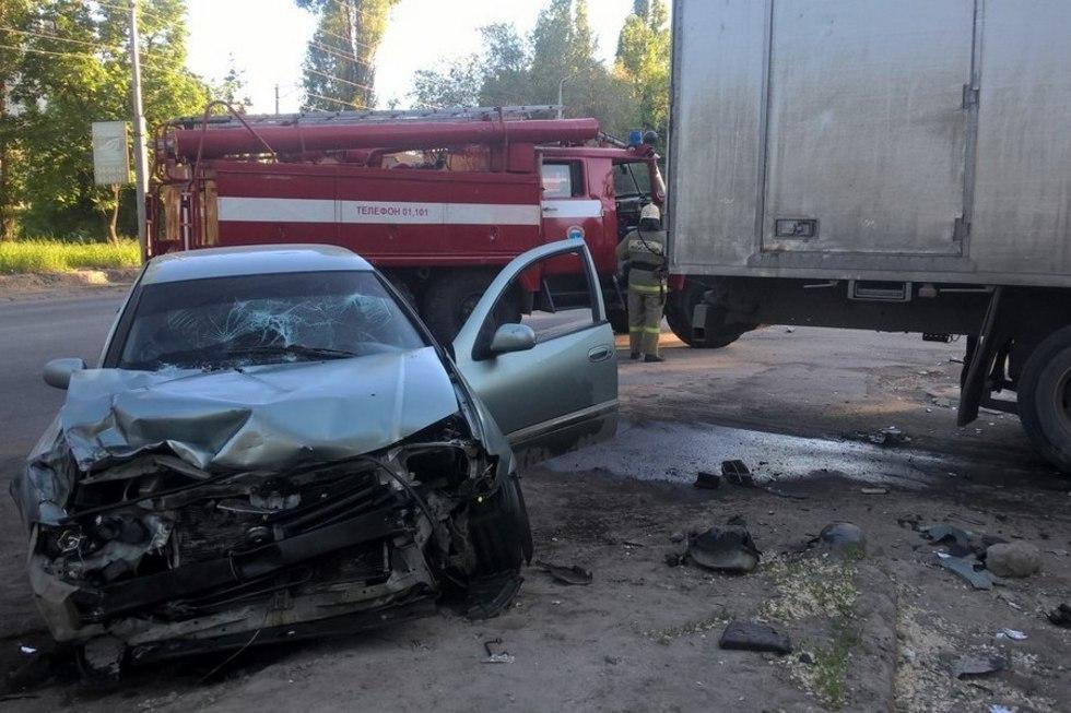 На Новоастраханском шоссе иномарка врезалась в грузовик: пострадал 16-летний подросток