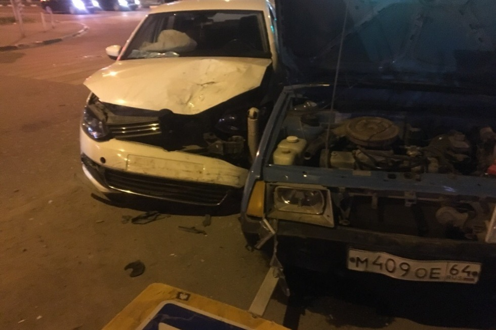 Авария на перекрестке в Энгельсе. Медики госпитализировали девушку