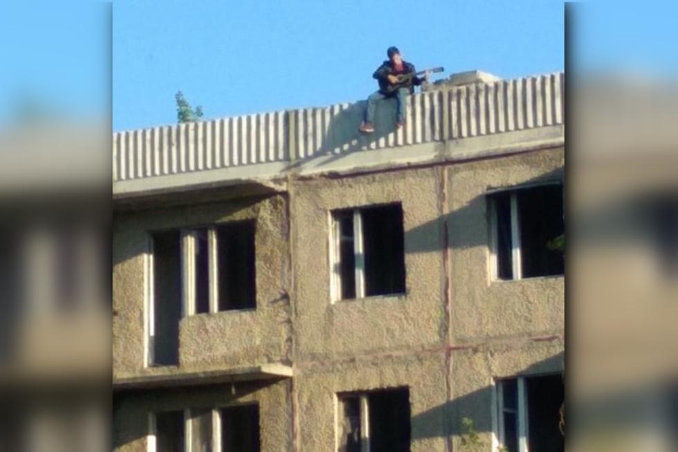 На крыше заброшенной многоэтажки, с которой упал подросток, заметили молодого человека с гитарой