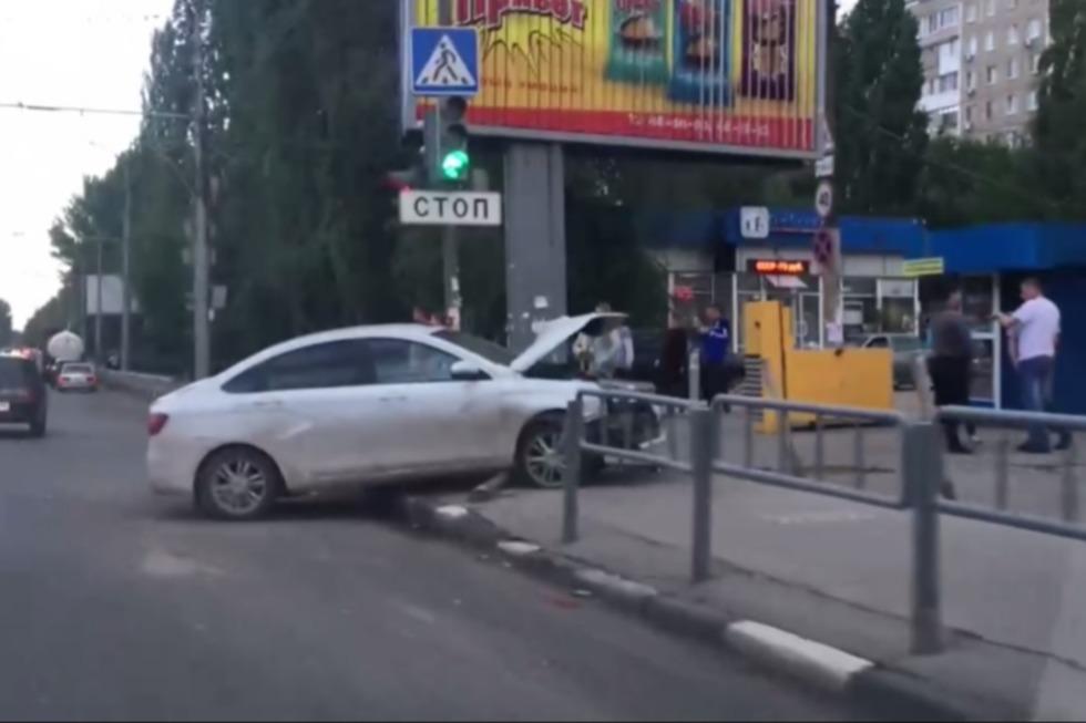 В Ленинском районе водитель легковушки снес забор и вылетел на тротуар: видео
