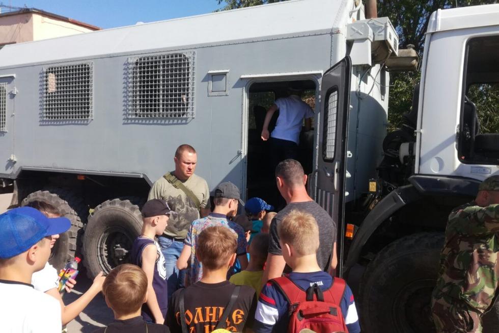 В День защиты детей школьников привезли на тренировочную базу Росгвардии и дали в руки оружие