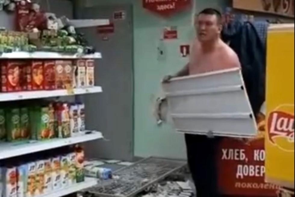 Пользователи соцсетей рассказали о пьяном мужчине с голым торсом, который якобы разгромил «Пятерочку» в Энгельсе