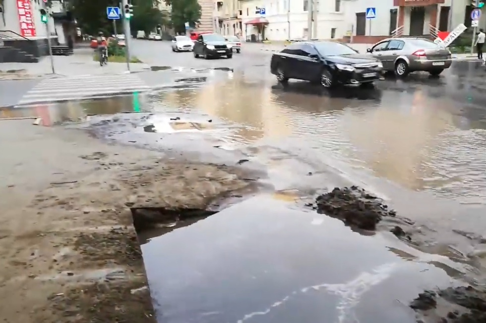 """«Не дай Бог, кто-то решит побродить по этой """"луже""""»: в центре города затопило перекресток"""