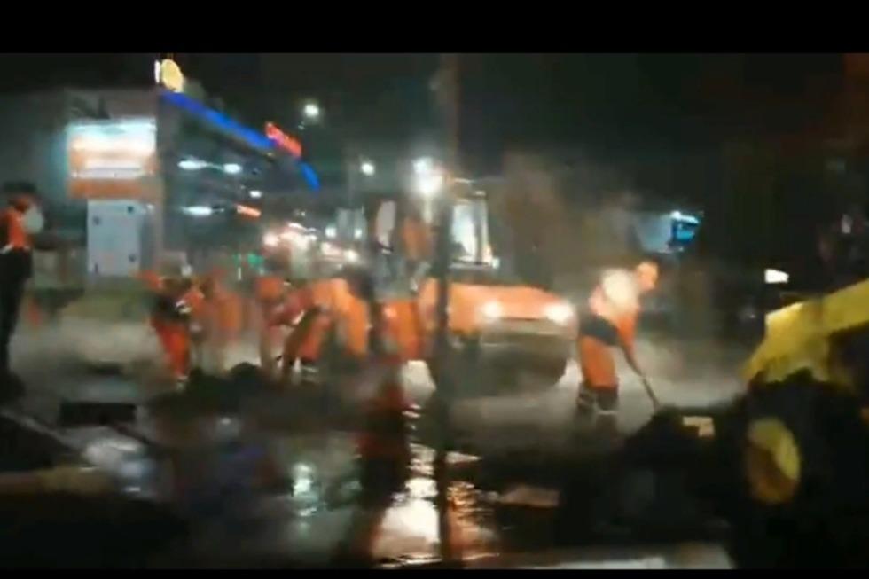 В Заводском районе рабочие укладывали асфальт в «реку» во время сильного ливня