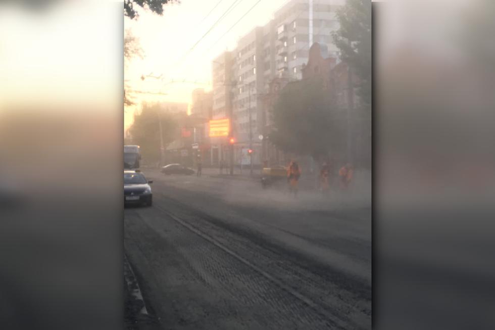 Ремонт дорог. Горожанка возмутилась, что люди вынуждены дышать пылью на остановках на Московской