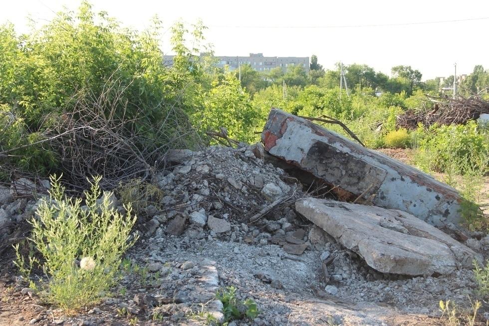 В Балаково многодетные семьи несколько лет добиваются расчистки своих участков от гор мусора и бетона