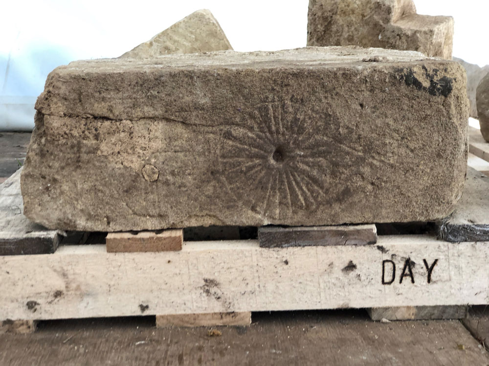 В средневековой английской церкви нашли «ведьмовские» знаки